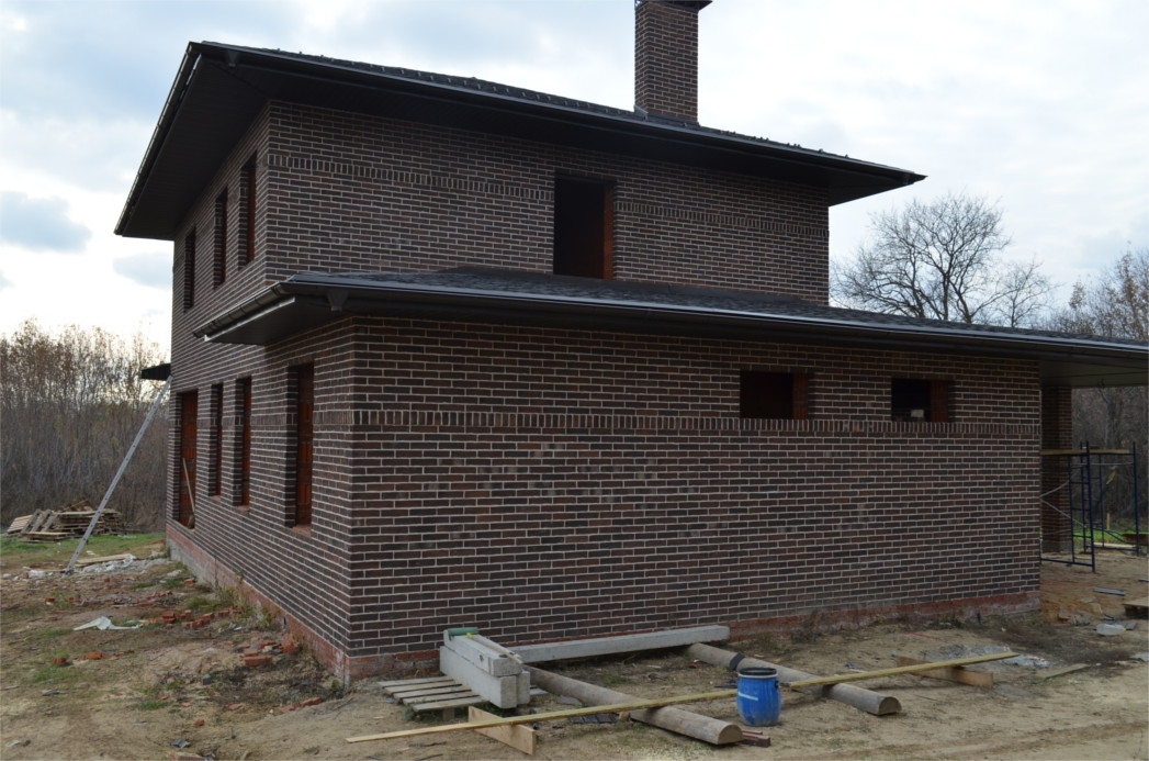 Пример построенного дома из кирпича ручной формовки Донские зори.