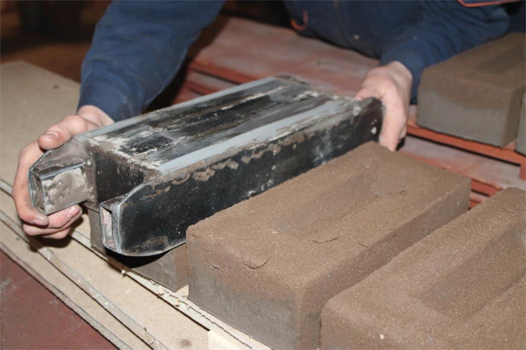 Процесс ручной формовки кирпича
